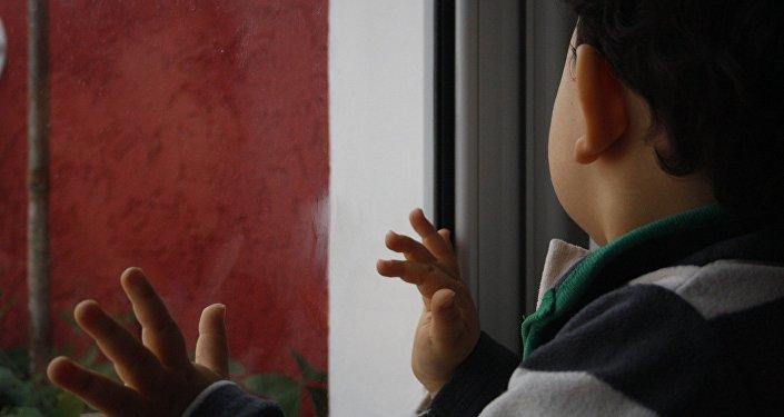 Архивное фото ребенка у окна