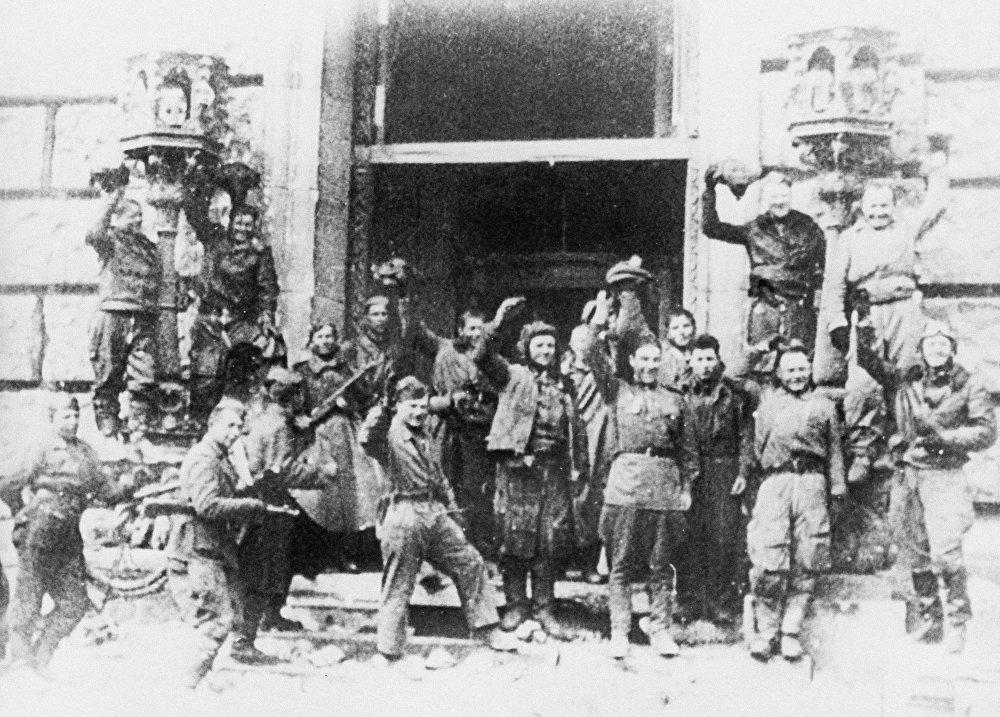 Советские солдаты около здания Рейхстага