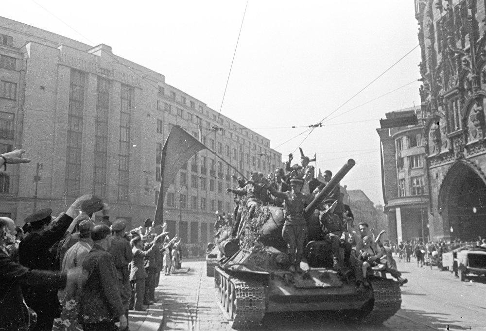 Жители Праги встречают советских воинов