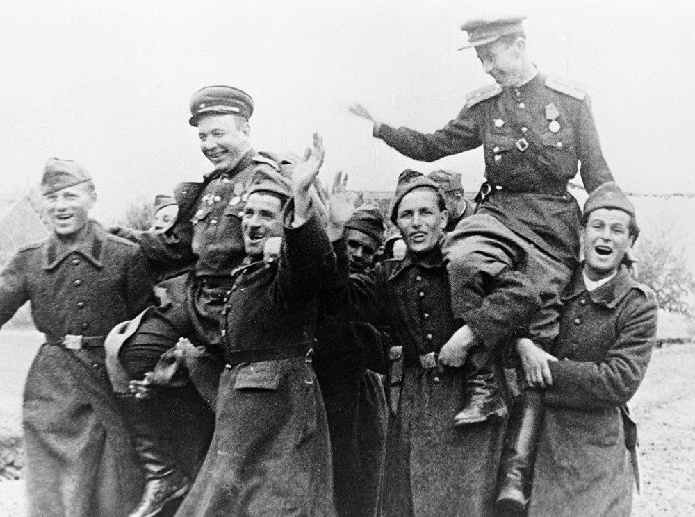 Советские и болгарские солдаты несут на плечах своих командиров в День Победы