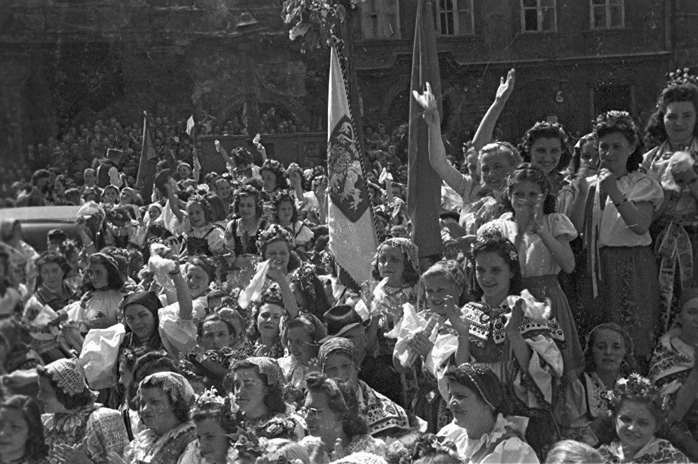 Население Праги приветствует советских воинов