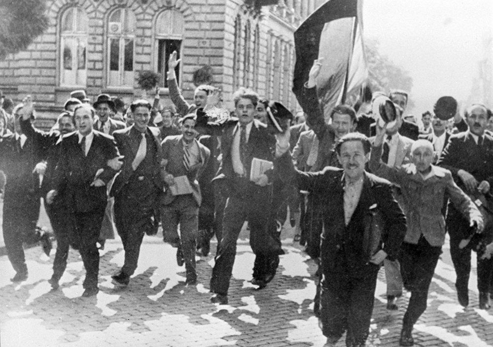 Жители Болгарии радуются новости о капитуляции фашистской Германии