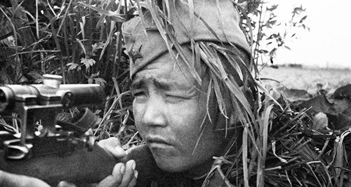 Снайпер казах Джуман Эсиркеев смотрит в прицел своей винтовки. На его счету свыше 100 гитлеровцев. За боевые заслуги он награждён орденами Красного Знамени и Славы III степени медалью За отвагу.