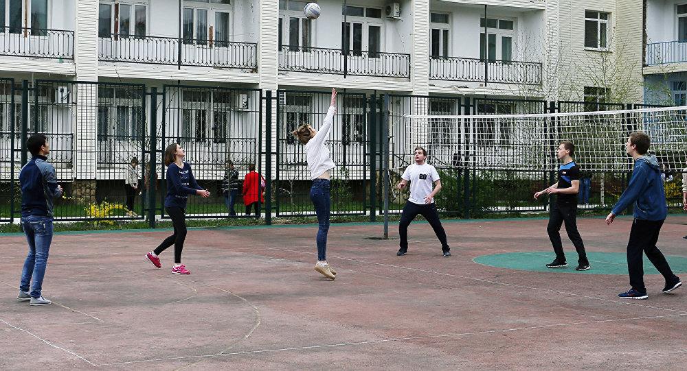 Архивное фото учащихся на спортивной площадке