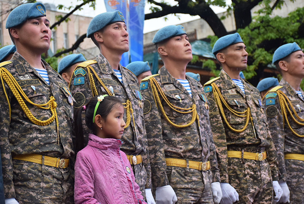 7 мая празднуют в Алматы под проливным дождем