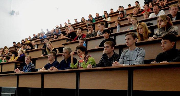 Архивное фото студентов в аудитории вуза
