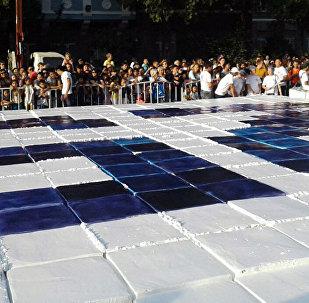 Двухтонный торт на площади в Бишкеке