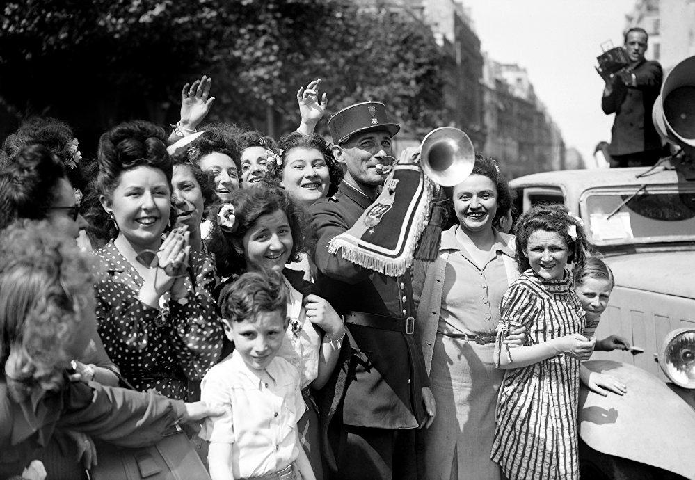 Жители Парижа празднуют капитуляцию Германии