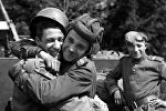 Солдаты обнимаются, узнав об окончании войны