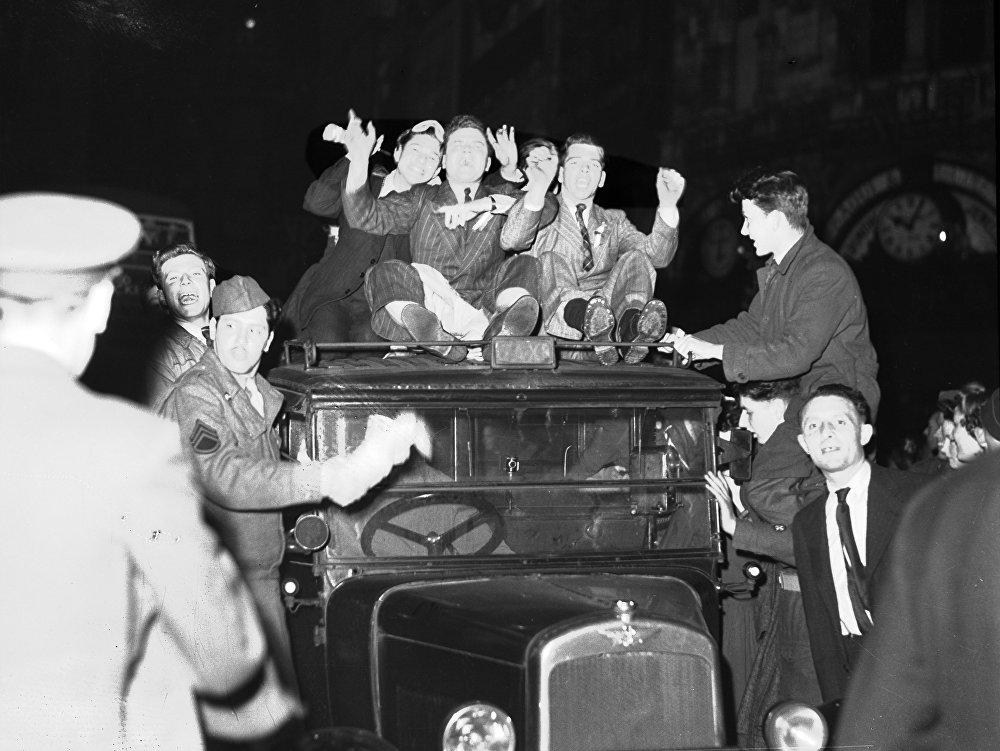 Жители Лондона празднуют окончание войны
