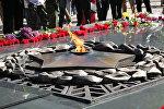 Вечный огонь на мемориале славы в Алматы