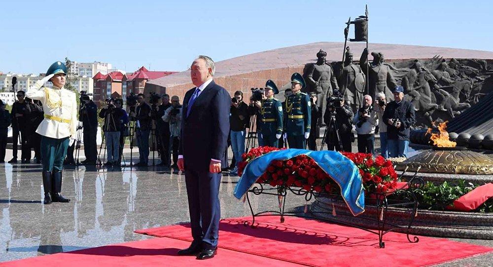 Нурсултан Назарбаев возложил цветы к Вечному огню
