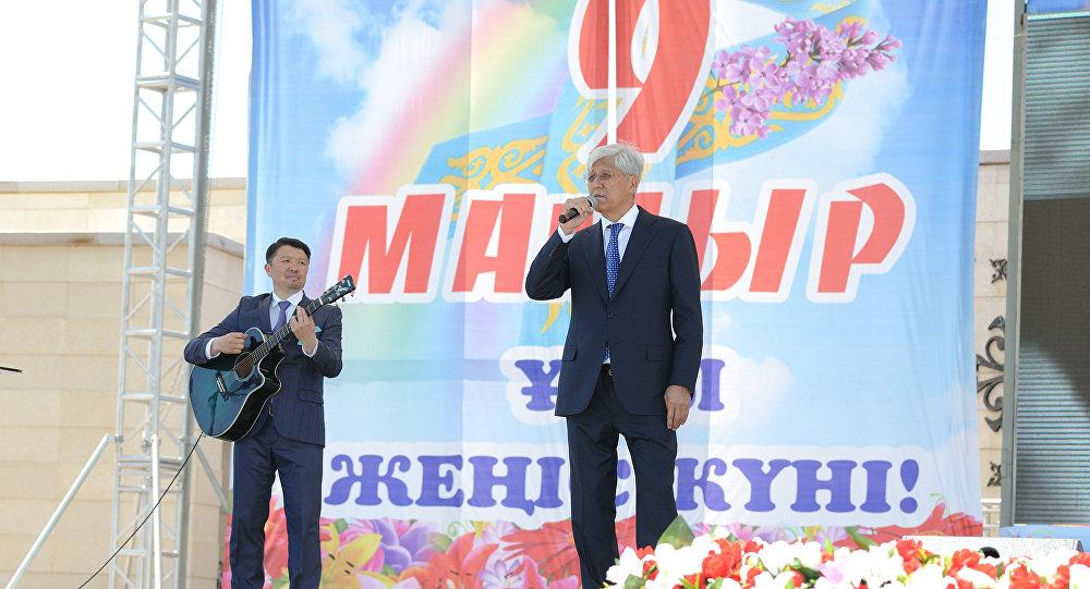 Аким области Амандык Баталов принял участие в торжественной церемонии возложения цветов к обелиску Славы