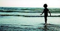 Ребенок на берегу водоема