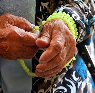 Четки на руке у женщины