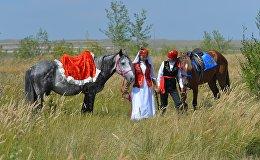 Молодые люди на празднике казахской культуры, архивное фото