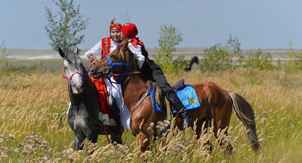 Молодые люди на лошадях, архивное фото