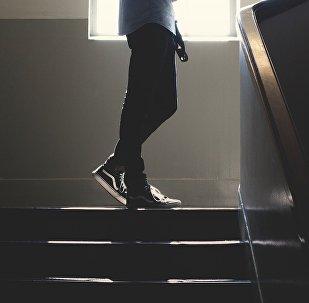 Мальчик стоит на лестнице