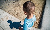 Ребенок смотрит на свою тень
