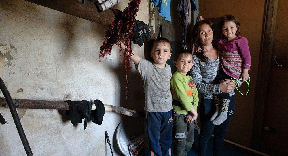 Семья с детьми живет в здании морга в Костанае