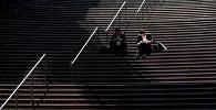 Люди, сидящие на лестнице