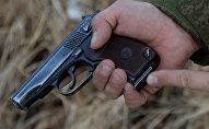Архивное фото мужчины с пистолетом Макарова в руке