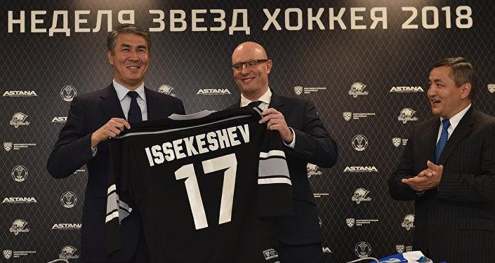 Аким Астаны Асет Исекешев и президент КХЛ Дмитрий Чернышенко