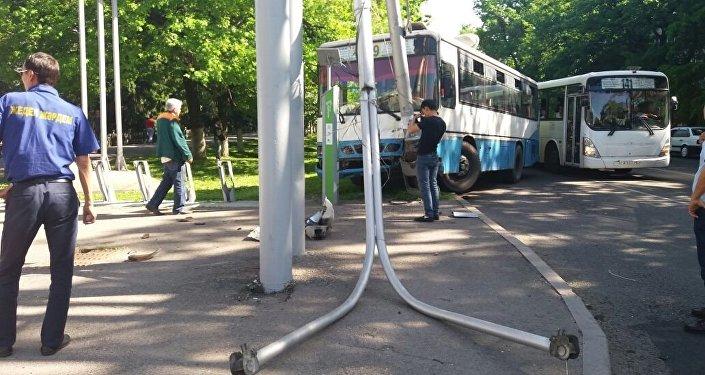 Автобус врезался в столб на перекрестке Достык - Сатпаева