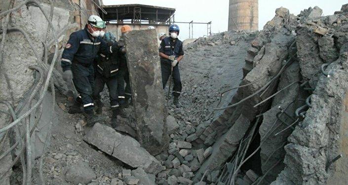 Наюге Казахстана обрушилась труба ТЭЦ, один рабочий остается под завалами