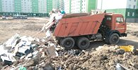 Водитель автомашины марки КаМАЗ выгрузил строительный и бытовой мусор в неустановленном месте