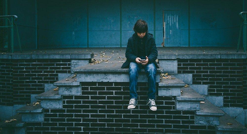 Подросток с сотовым телефоном