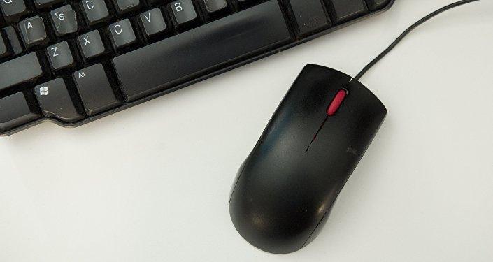Архивное фото компьютерной мыши и клавиатуры