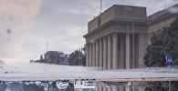 Отражение в луже воды здания правительства Кыргызской Республики после дождя, архивное фото