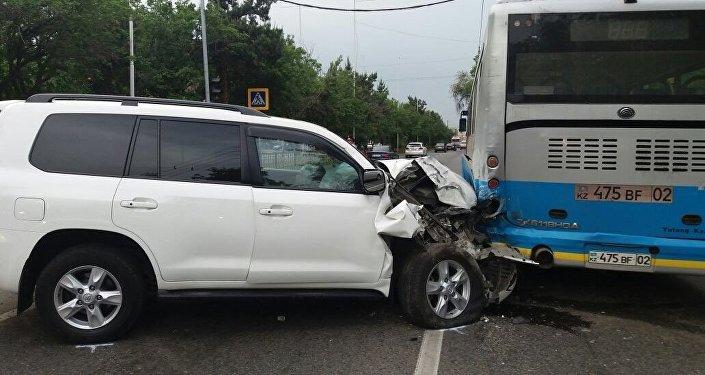 Внедорожник столкнулся с автобусом в Алматы