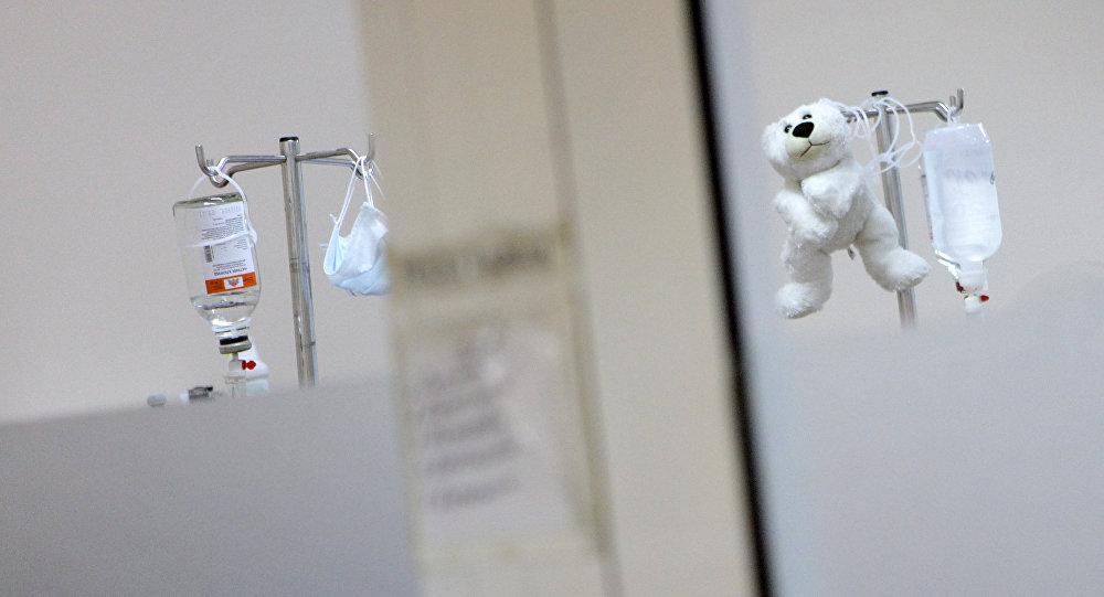 Мягкая игрушка висит на капельнице, архивное фото