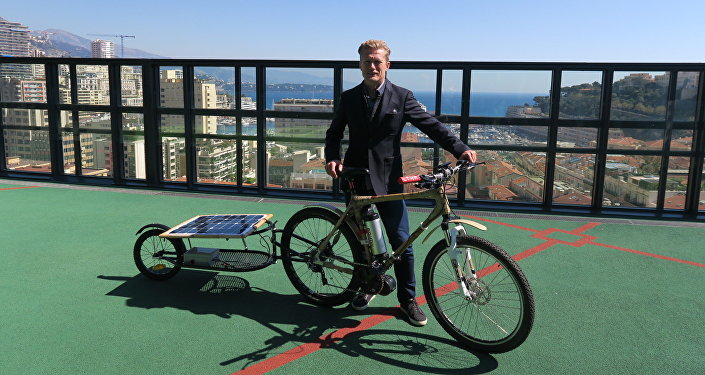 Александр Винокуров демонстрирует велосипед на солнечных панелях