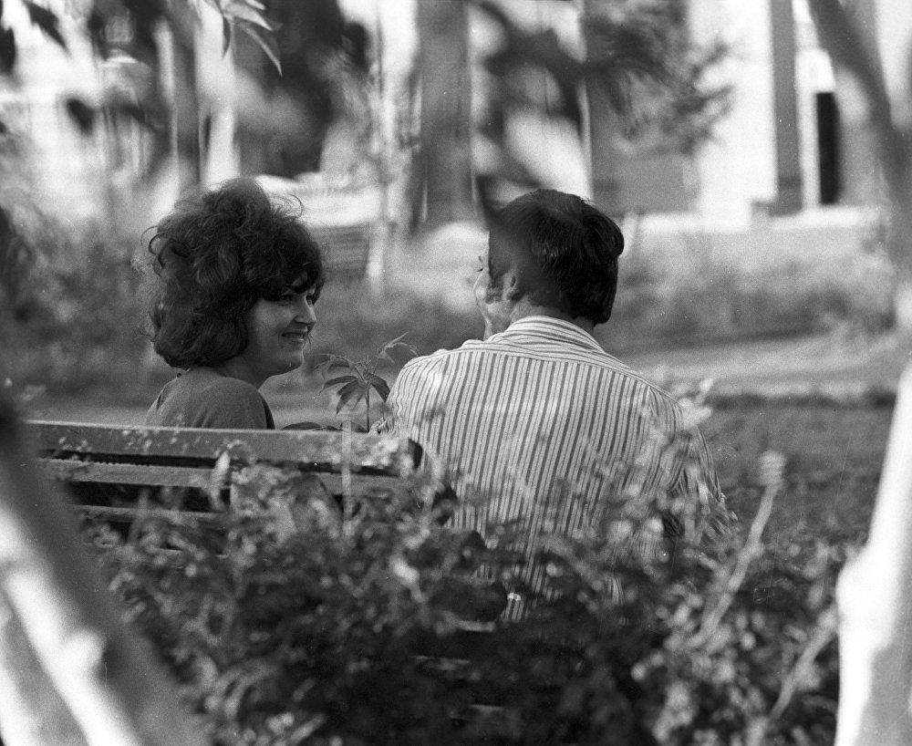 Двое в парке, город Экибастуз. Архивное фото