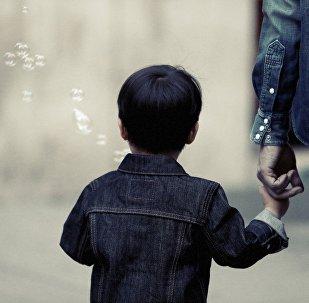 Ребенок держит мужчину за руку