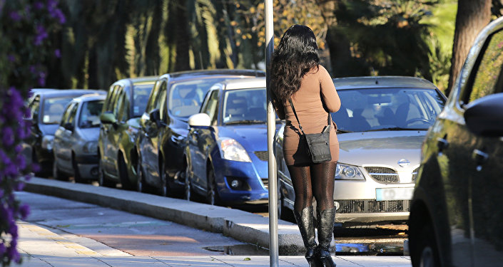 Путана ждет клиента у дороги