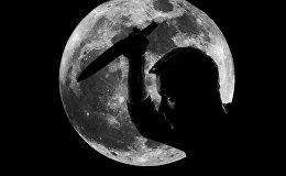 Человек с ножом на фоне полной луны