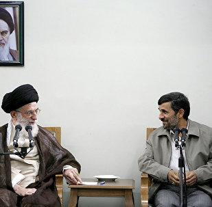 Архивное фото верховного лидера Ирана аятоллы Али Хаменеи и Махмуда Ахмадинежада