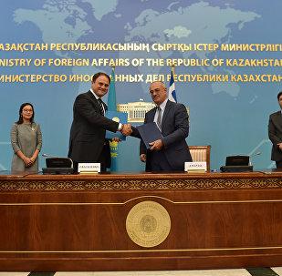 Заместители министров иностранных дел Казахстана и Греции - Роман Василенко и Димитриос Мардас