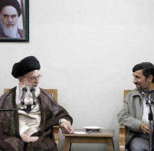 Верховный лидер Ирана аятолла Али Хаменеи (слева) и Махмуд Ахмадинежад (справа)