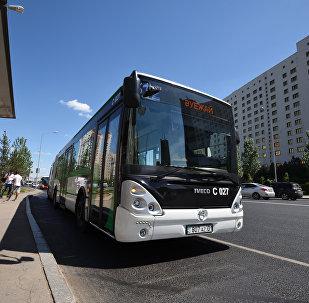 Архивное фото автобуса на остановке