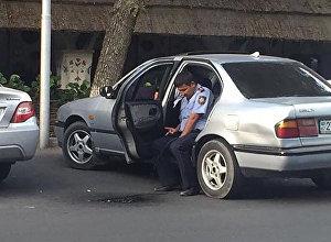 Полицейский, справлявший нужду из салона авто в Алматы