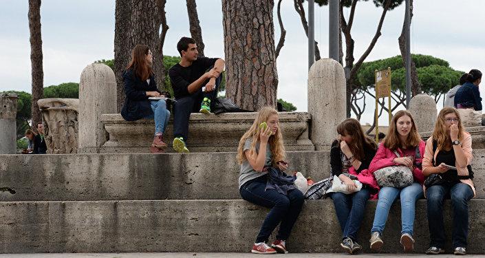 Архивное фото молодых людей на площади в Риме