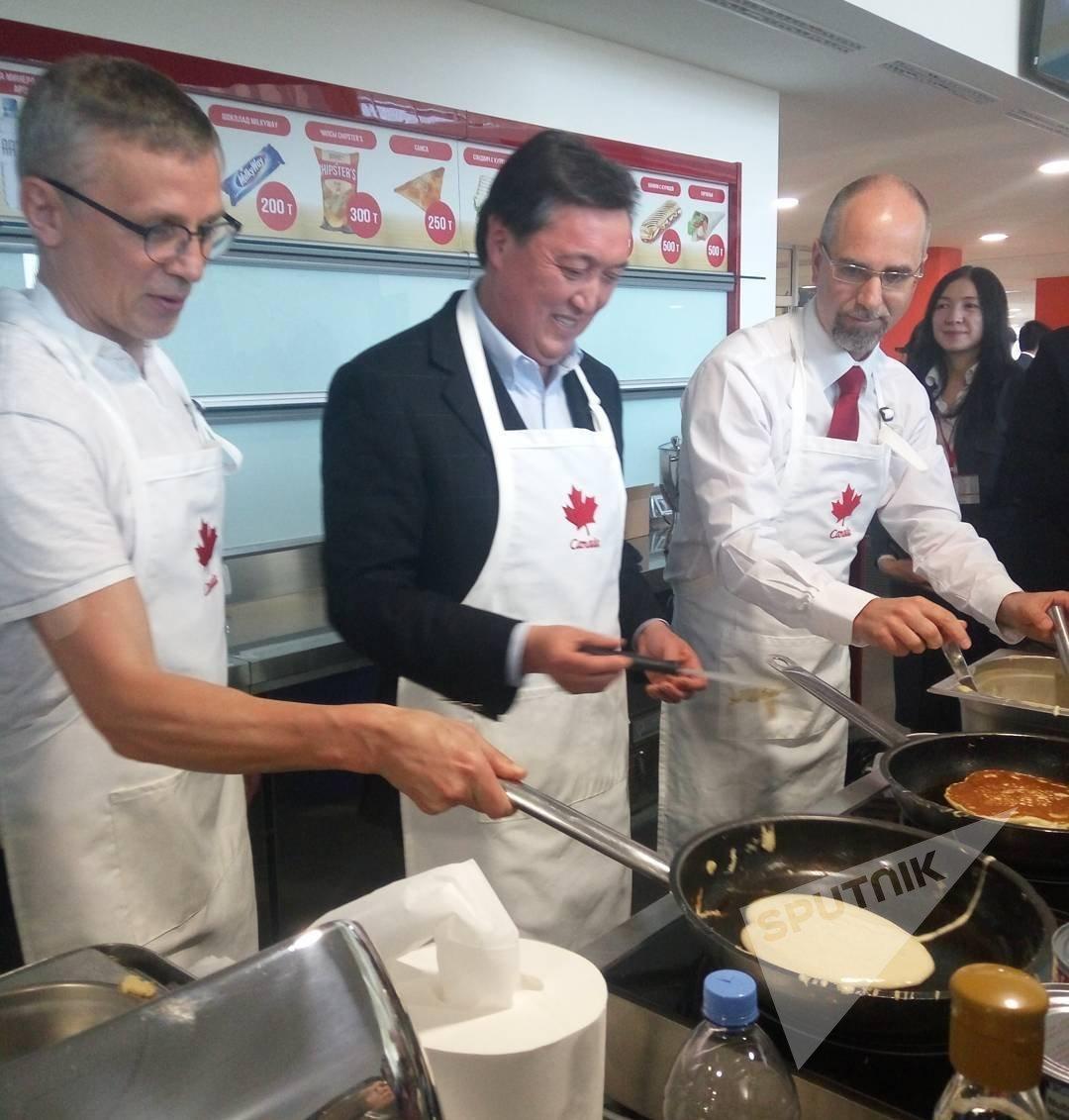 Аскар Мамин готовит блины на Дне канадского хоккея