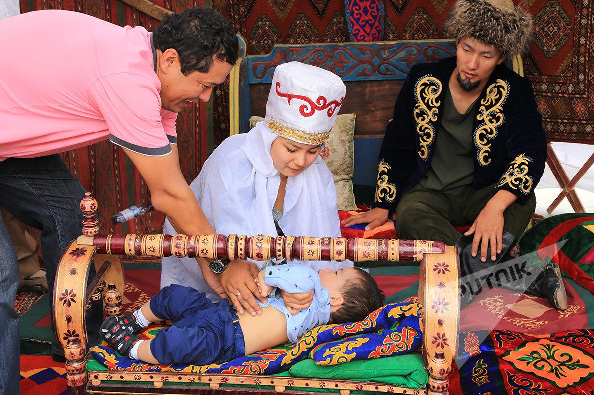 Казахский ритуал Бесикке салу (укладывание ребенка в колыбель)