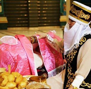 Казахский обряд укладывания ребенка в колыбель