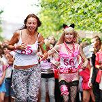 Танцовщица Карина Барби Шаробокова (справа) организовала забег на шпильках в Москве, архивное фото